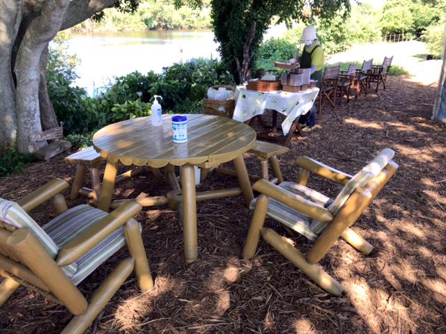 ブルーベリー農園こでらにはきれいなテーブルと椅子があります。