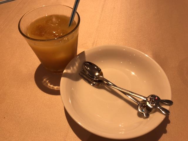 スペイン食堂フェスタマリオの子供にオレンジジュースのサービス